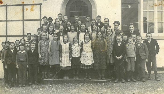 Das Bild aus der Sammlung von Elisabeth Marti zeigt die Kehrsatzer Schulkinder von ca. 1934 vor dem alten Dorfschulhaus.