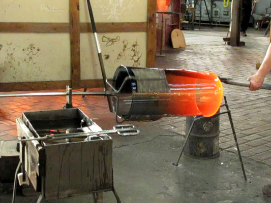 Aufweiten des Glaszylinders in Handarbeit; © Foto Dr. Peter Diziol