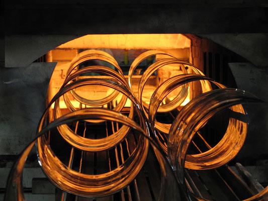 aufgeschnittene Zylinder werden im Streckofen mit Bügelholz aufgeklappt; © Foto Dr. Peter Diziol