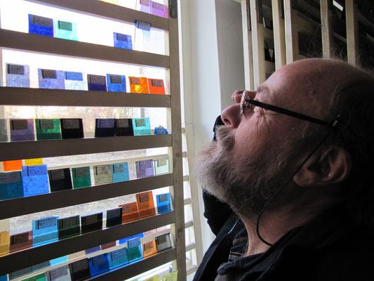 """Musterraum der """"Glasbibliothek"""" Glaskünstler Meister Andreas Linnenschmidt Steinbach/Baden-Baden sucht spezielle  Gläser aus; © Foto Dr. P. Diziol"""