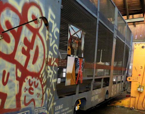 © alle Dibond Fotos hängen an einem Bahnwagen für den Autotransport