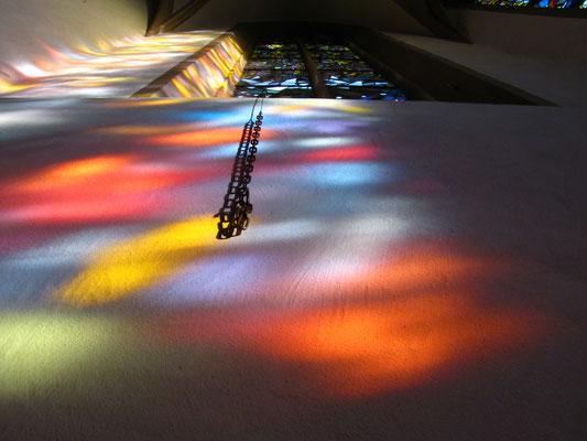 Lichtspiel bei gotischen Glasfenstern auf die Wand; © Foto Dr. Peter Diziol