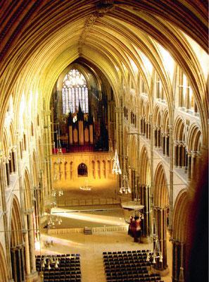 Kathedrale von Lincoln, Langhhaus nach Osten mit Blick auf großes Chorfenster; © Foto Dr. Peter Diziol