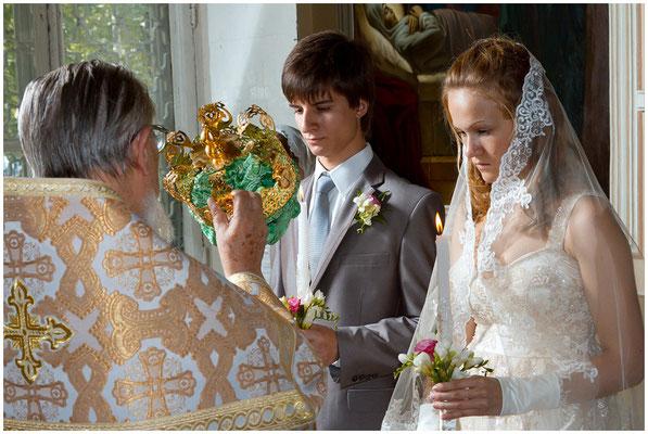 Священник возлагает венец жениху