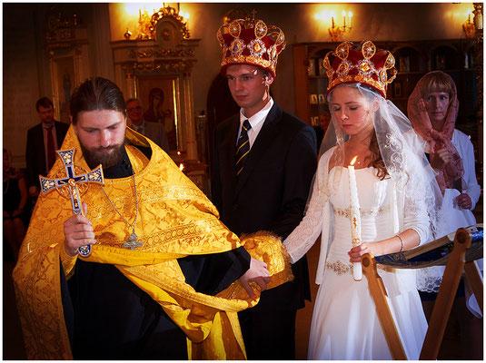 Священник соединяет руки молодых и трижды обводит их вокруг аналоя