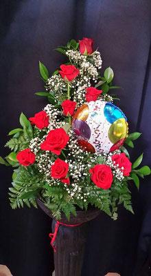 Centro de rosas rojas con globo felicidades.