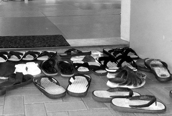 Fatras de zoris - sandales - devant la porte