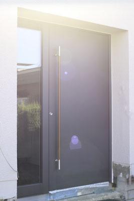 Aluminium Haustüre mit Holzgriff