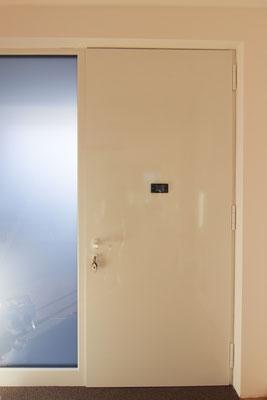 Flügelüberdeckende Haustüre in weiß von Schüco und Inotherm