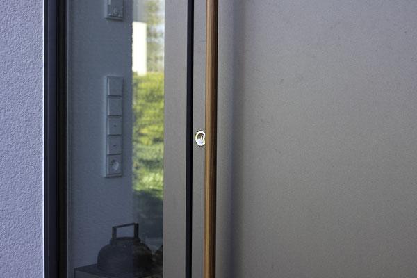 Schüco Haustüre von Inotherm mit Holzgriff