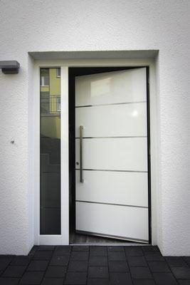 Aluminium Haustüre mit 4 Streifen