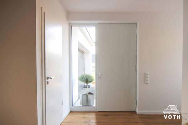Flügelüberdeckende Haustüre von innen Farbe weiß