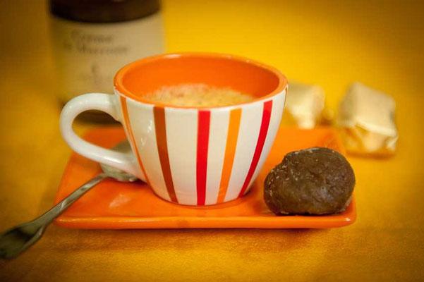 Marron glacé avec une tasse de thé ou de café