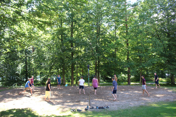 Beim Volleyball-Spielen am Hause