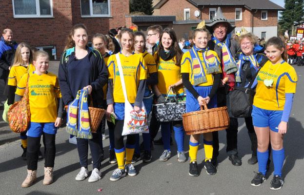 Die SVV-Mädchenmannschaft beim Karnevalszug in Waldorf