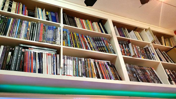 Comics, vor allem von DC und Marvel findet ihr in unseren Hängeschränken oder auf amazon.de