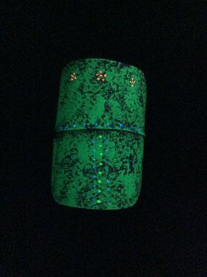 竹でつくられたオブジェ。ブラックライトに照らされて、怪しい光を放ちます