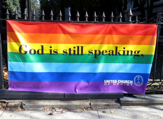 Devant une église progressiste