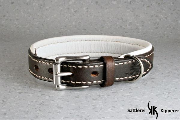 Weich unterlegtes Halsband / Größe: S / Breite: 2,0 cm / D-Ring Position: neben der Schnalle / Farbe Oberleder: Dark Brown/Dunkelbraun / Farbe Unterleder: 1 Weiß / Farbe Naht: Weiß / Verzierung: - / Preis: € 69,-