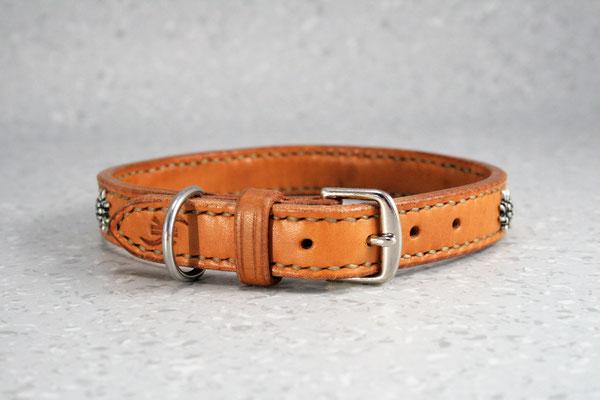 Kleines Halsband mit Zierbeschlägen / Größe: XS / Breite: 2,0 cm / D-Ring Position: neben der Schnalle / Farbe Oberleder: Natur/nicht gefärbt / Farbe Naht: Beige / Verzierung: ZN4, 6 Stück /  Preis: € 67,-