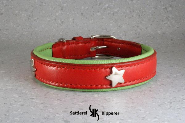 Halsband PREMIUM / Größe: L / Breite: 2,5 cm / D-Ring Position: neben der Schnalle / Farbe Oberleder: Red/Rot / Farbe Unterleder: 6 Apfelgrün / Farbe Naht: Rot / Verzierung: ZN 23, 3 Stück / Preis: € 81.-