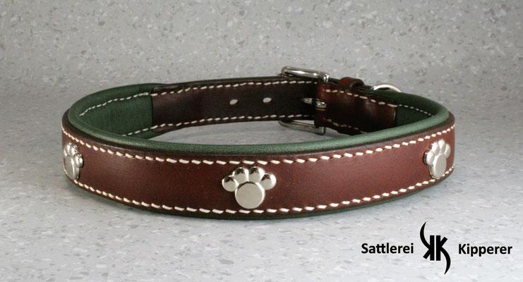 Weich unterlegtes Halsband / Größe: XL / Breite: 2,5 cm / D-Ring Position: neben der Schnalle / Farbe Oberleder: Mahagony/Rotbraun / Farbe Unterleder: 8 Waldgrün / Farbe Naht: Weiß / Verzierung: ZN 13, 4 Stück / Preis: € 86,-