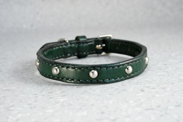 Kleine Halsbänder mit Zierbeschlägen / Größe: XXXS / Breite: 1,8 cm / D-Ring Position: neben der Schnalle / Farbe Oberleder: Green/Grün / Farbe Naht: Grün / Verzierung: ZN22, 7 Stück / Preis: € 62,-