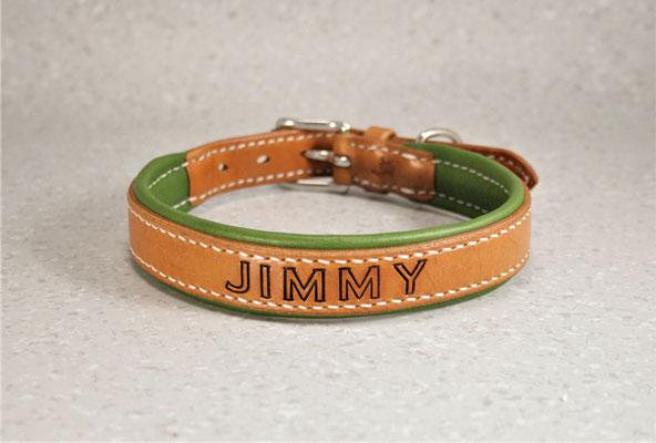 Halsband PREMIUM / Größe: L / Breite: 2,3 cm / D-Ring Position: neben der Schnalle / Farbe Oberleder: Natur/nicht gefärbt / Farbe Unterleder: Grün (Farbe nicht mehr in der Auswahl) / Farbe Naht: Weiß / Verzierung: Name: Jimmy, Schrift 1 / Preis: € 83,-