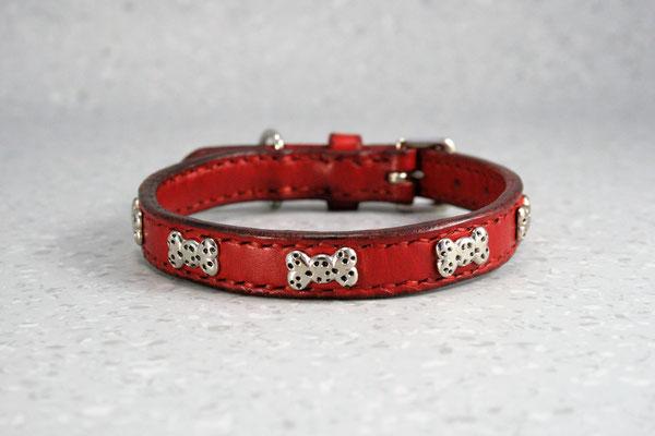 Kleines Halsband mit Zierbeschlägen / Größe: XXXS / Breite: 1,8 cm / D-Ring Position: neben der Schnalle / Farbe Oberleder: Red/Rot / Farbe Naht: Rot / Verzierung: ZN12, 6 Stück / Preis: € 61,-