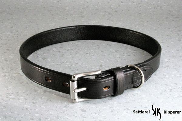 Halsband Basic / Größe: L / Breite: 2,0 cm / D-Ring Position: Neben der Schnalle / Farbe Oberleder: Black/Schwarz / Farbe Naht: Schwarz / Verzierung: - / Preis: € 55,-