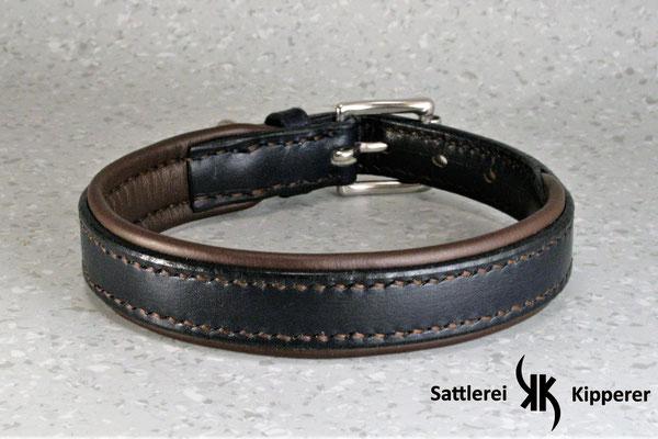 Weich unterlegtes Halsband / Größe: S / Breite:  2,0 cm / D-Ring Position: neben der Schnalle / Farbe Oberleder: Blue/Blau / Farbe Unterleder: 20 Walnussbraun / Farbe Naht: Braun / Verzierung: -  / Preis: € 69,-