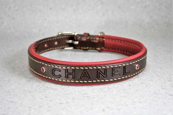 Halsband PREMIUM / Größe: XL / Breite: 2,3 cm / D-Ring Position: neben der Schnalle / Farbe Oberleder: Mahagony/Rotbraun / Farbe Unterleder: 5 Weinrot / Farbe Naht: Beige / Verzierung: Name: Chanel, Schrift 1, Siam 2081, 2 Stück / Preis: € 88,-
