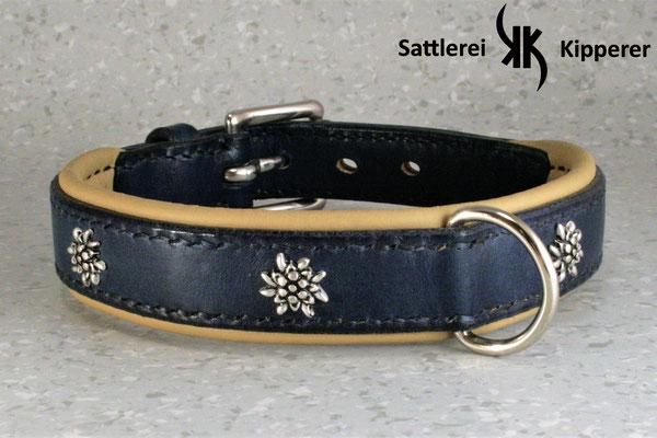 Weich unterlegtes Halsband / Größe: XS / Breite: 2,0 cm / D-Ring Position: gegenüber der Schnalle / Farbe Oberleder: Blue/Blau / Farbe Unterleder: 14 Beige / Farbe Naht: Blau / Verzierung: ZN 4, 4 Stück / Preis: € 70,-