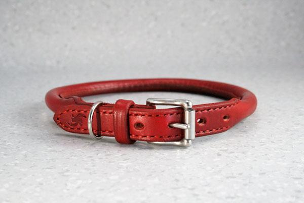 Rundgenähtes Halsband / Größe: L / Breite: 2,0 cm / D-Ring Position: neben der Schnalle / Farbe Oberleder: Red/Rot / Farbe Naht: Rot / Preis: € 75,-