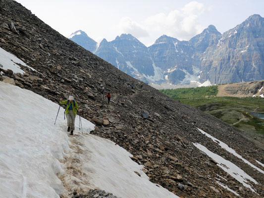 Der Steilanstieg zum Pass führte auch noch über Altschneefelder.