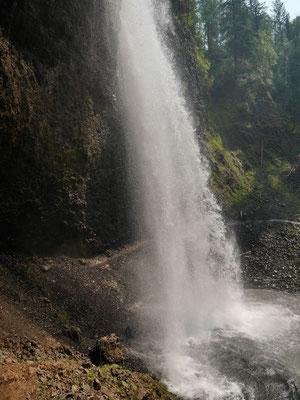 Hinter dem Wasserfall sprühte es aber noch ganz schön