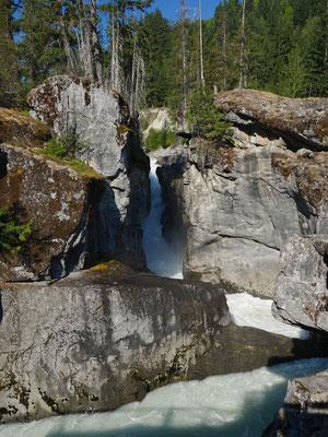 Das Wasser hat interessante Strukturen in den Fels gefräst