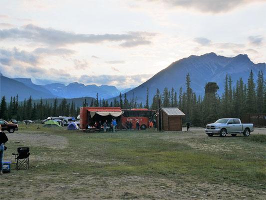 Rotel Tours am frühen Morgen noch in Jasper