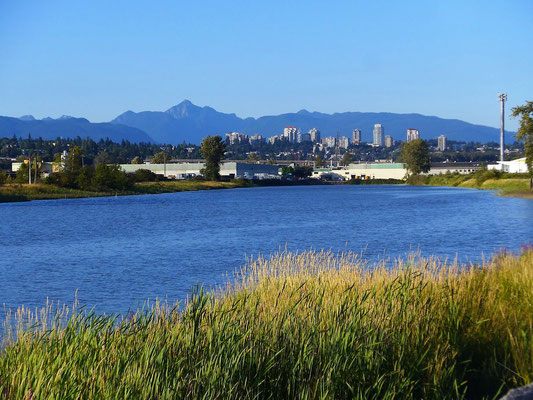 Der Fraser River mit einer Vorstadt