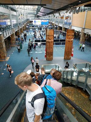 Dort sind die Einreiseschalter, mit Automaten für die Passkontrolle vorher