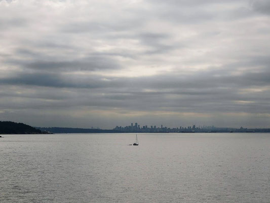 Im Hintergrund die Skyline von Vancouver