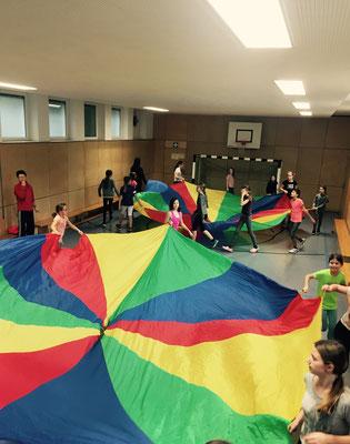 Fallschirmspiele in der Turnhalle