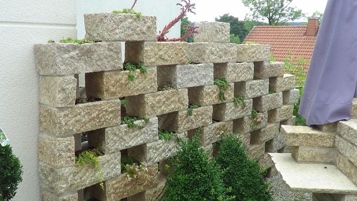 Natursteinschutzmauer