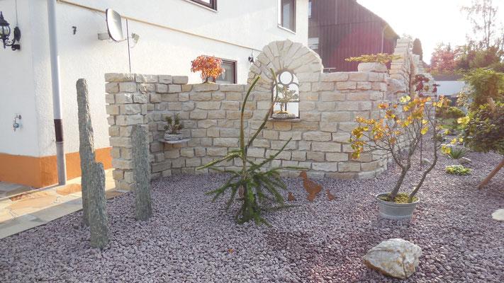 Gusseisernes Fenster und Naturstein