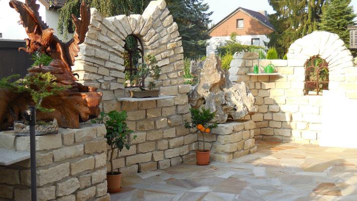 Burgruine aus Naturstein mit Teakholzschnitzereien