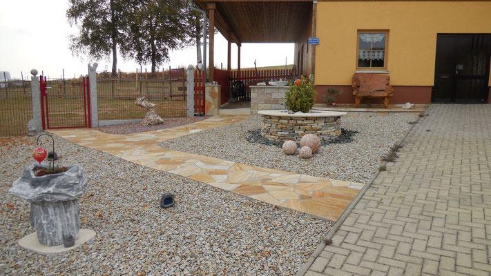 Aussenanlage - Steinbrunnen mit Mosaikkugeln
