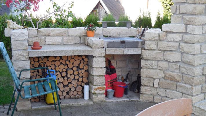Natursteinmauer mit integriertem Grill