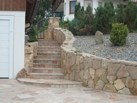 Natursteinmauer Rosé - Polygonal Natursteinstufen