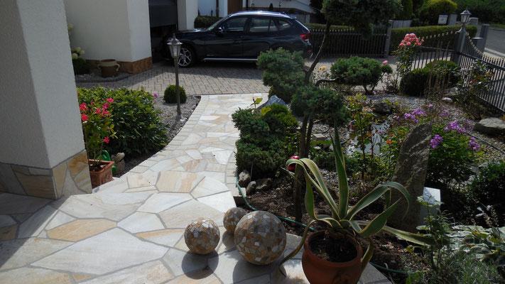 Naturstein Gartenweg mit Mosaikkugeln - Kreative Gartengestaltung