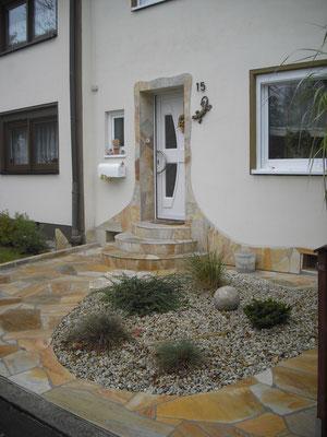 Natursteinhauseingang - Kreative Gartengestaltung